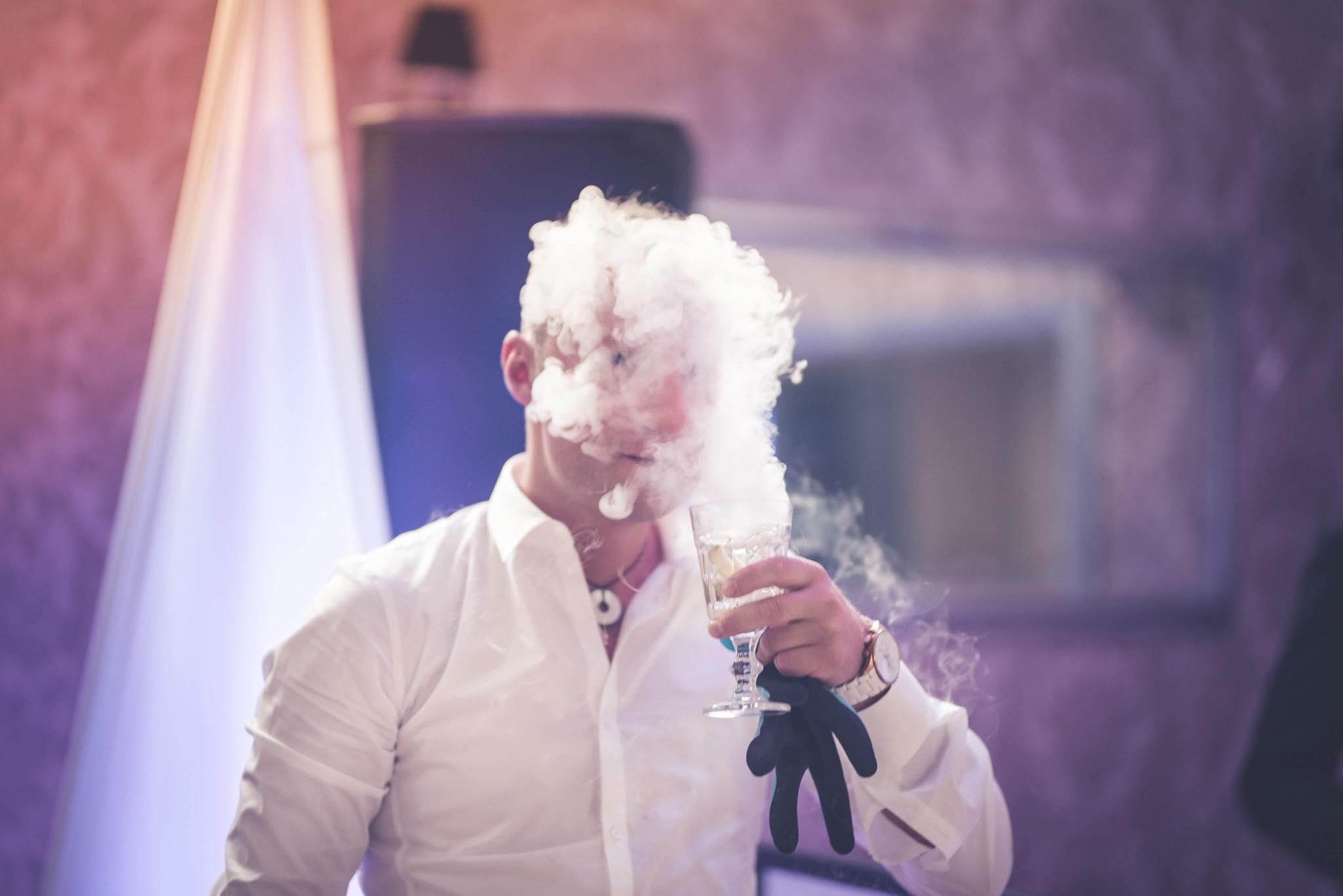 Suchy lód, parujące drinki, ciężki dym